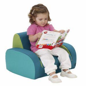 L'enfant lit sur son fauteuil enfant